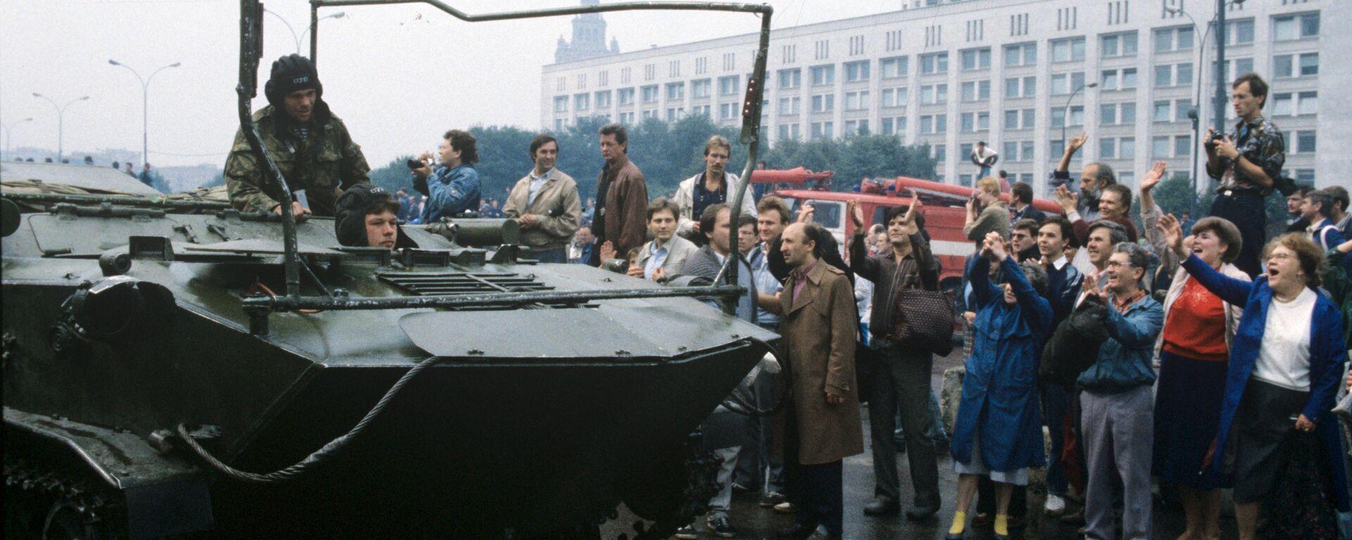 Воинские подразделения, перешедшие на сторону российского парламента, перед зданием Верховного Совета РСФСР. - Sputnik Արմենիա, 1920, 20.08.2021