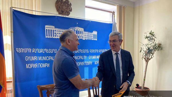 Заместитель мэра Рубен Саноян (справа) во время подписания договора о решении жилищных проблем семей, проживающих в домиках (19 августа 2021). Гюмри - Sputnik Արմենիա
