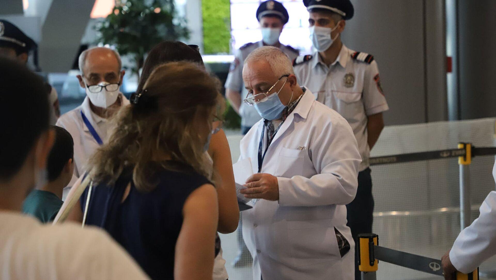 Замминистра здравоохранения Георгий Симонян посетил аэропорт Звартноц (19 августа 2021). Еревaн - Sputnik Армения, 1920, 19.08.2021