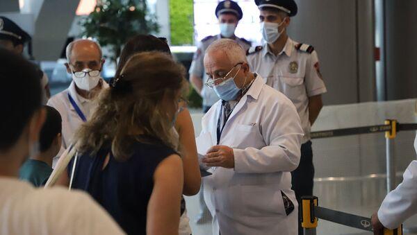 Замминистра здравоохранения Георгий Симонян посетил аэропорт Звартноц (19 августа 2021). Еревaн - Sputnik Армения