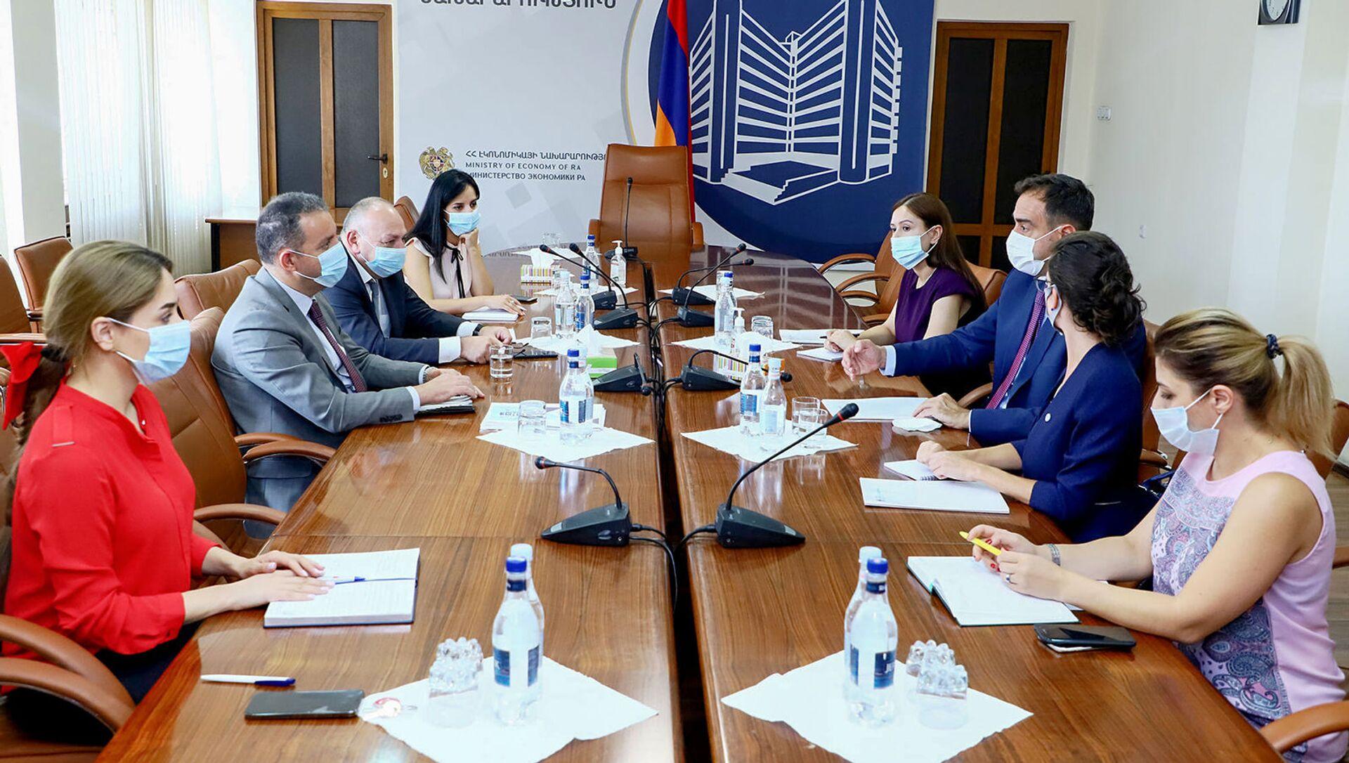 Министр экономики Армении Ваган Керобян встретился с послом Аргентины Мариано Вергара (20 августа 2021). Еревaн - Sputnik Արմենիա, 1920, 20.08.2021