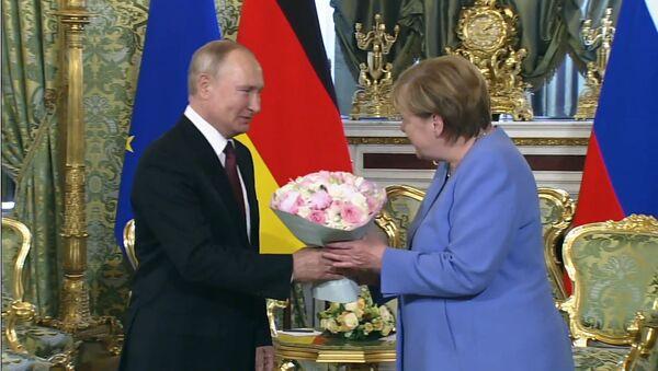 Во время переговоров с Путиным у Меркель зазвонил телефон  - Sputnik Армения