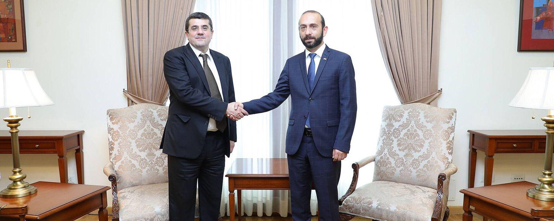 Министр иностранных дел Арарат Мирзоян встретился с президентом Карабаха Араиком Арутюняном (19 августа 2021). Еревaн - Sputnik Армения, 1920, 21.08.2021