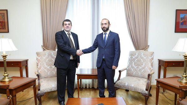 Министр иностранных дел Арарат Мирзоян встретился с президентом Карабаха Араиком Арутюняном (19 августа 2021). Еревaн - Sputnik Արմենիա