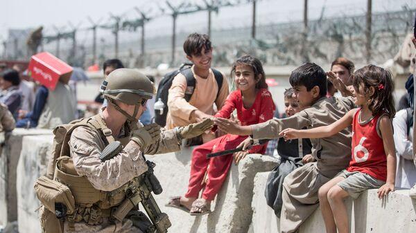 Американский солдат с детьми в аэропорту Кабула  - Sputnik Армения