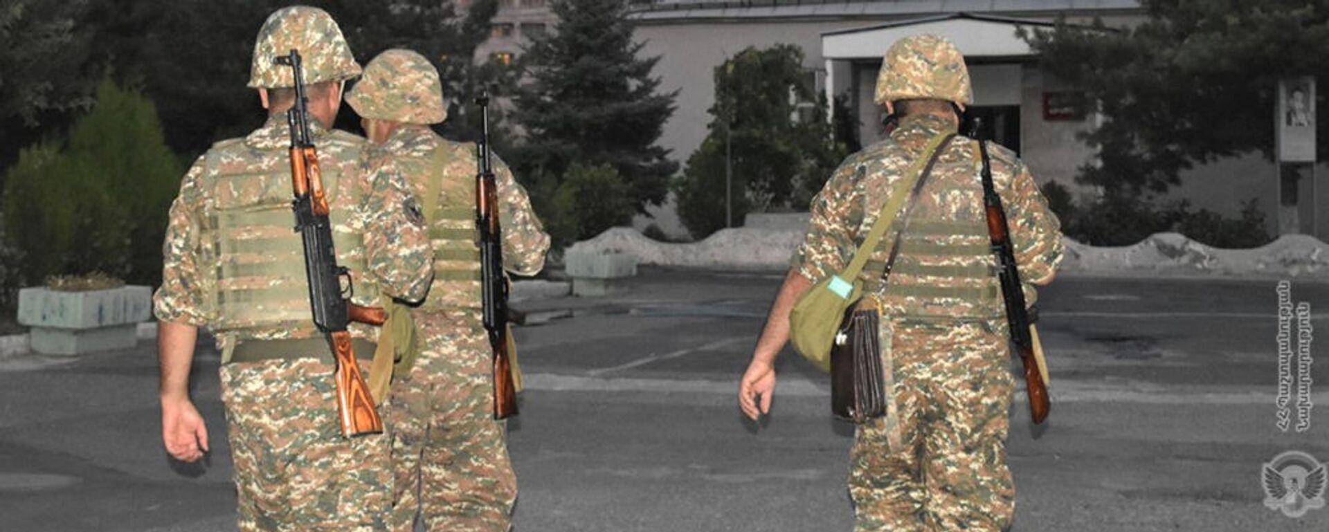 Армянские военнослужащие в воинской части во время учебной тревоги - Sputnik Армения, 1920, 23.08.2021