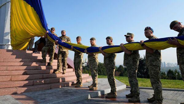 Ветераны армии поднимают государственный флаг Украины в ознаменование Дня государственного флага (23 августа 2021). Киев - Sputnik Армения