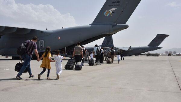 Граждане Турции поднимаются на борт самолета ВВС Турции в аэропорту Кабула (18 августа 2021). Афганистан - Sputnik Արմենիա