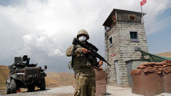 Турецкий солдат стоит на военном посту в Калдиране на турецко-иранской границе (21 августа 2021). Турция - Sputnik Армения