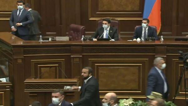 Депутаты парламента Армении бросают бутылки друг в друга - Sputnik Армения