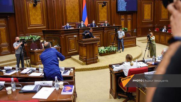Инцидент в Парламенте Армении во время очередного заседания (25 августа 2021). Еревaн - Sputnik Արմենիա
