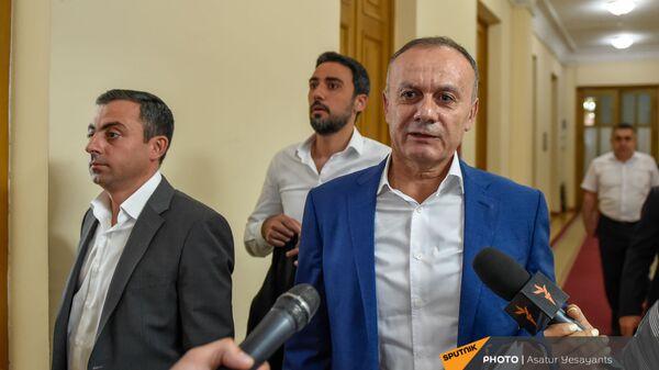 Депутат Сейран Оганян отвечает на вопросы журналистов во время перерыва на очередном заседании Парламента (25 августа 2021). Еревaн - Sputnik Армения