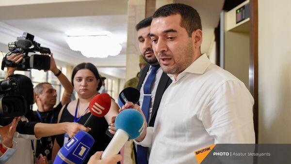 Депутат Грачья Акопян отвечает на вопросы журналистов во время перерыва на очередном заседании Парламента (25 августа 2021). Еревaн - Sputnik Արմենիա