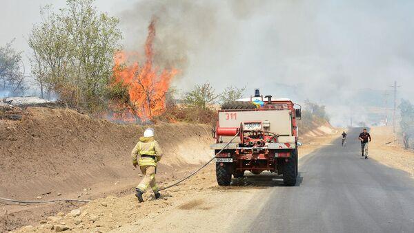 Спасатели борются с пожаром, возникшим после запланированных взрывных работ в Аскеранском районе Карабаха - Sputnik Արմենիա
