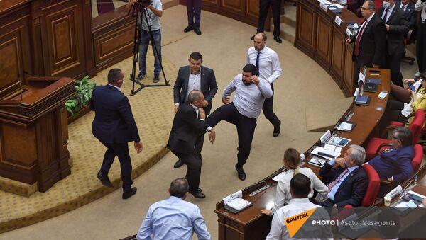 Потасовка в Парламенте Армении во время очередного заседания (25 августа 2021). Еревaн - Sputnik Արմենիա