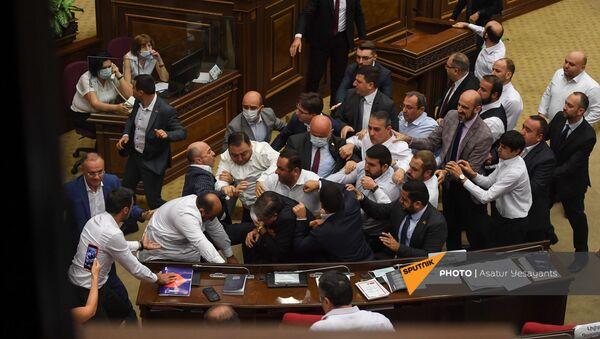 Потасовка в Парламенте Армении во время очередного заседания (25 августа 2021). Еревaн - Sputnik Армения