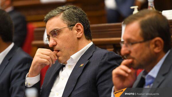 Депутат Артур Газинян во время очередного заседания Парламента (25 августа 2021). Еревaн - Sputnik Արմենիա