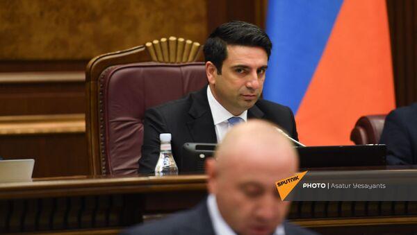 Спикер Парламента Ален Симонян наблюдает за выступлением Андраника Теваняна во время очередного заседания Парламента (25 августа 2021). Еревaн - Sputnik Արմենիա