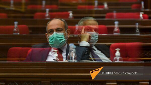 Отражения премьер-министра и вице-премьера на стекле в зале заседаний Парламента Армении (25 августа 2021). Еревaн - Sputnik Армения
