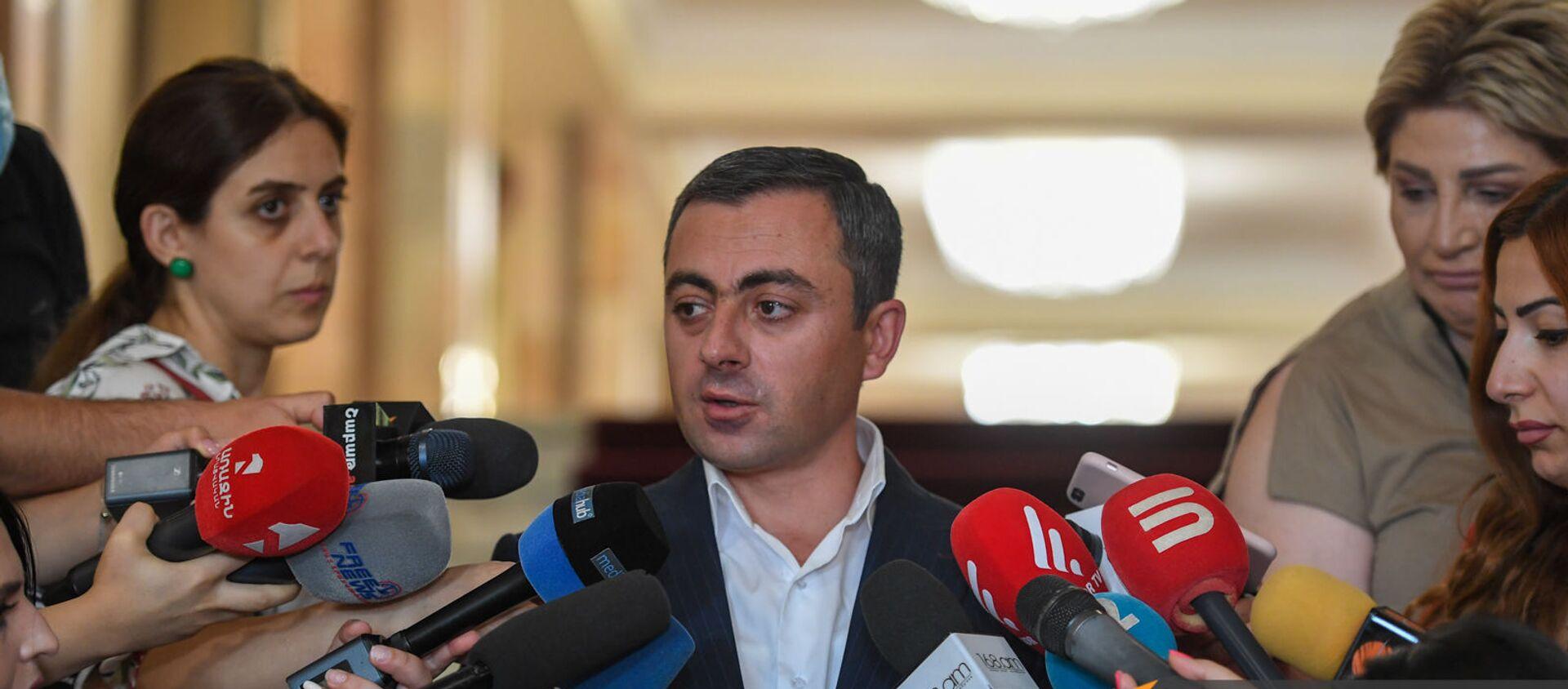 Ишхан Сагателян отвечает на вопросы журналистов после заседания Парламента (26 августа 2021). Еревaн - Sputnik Армения, 1920, 09.09.2021