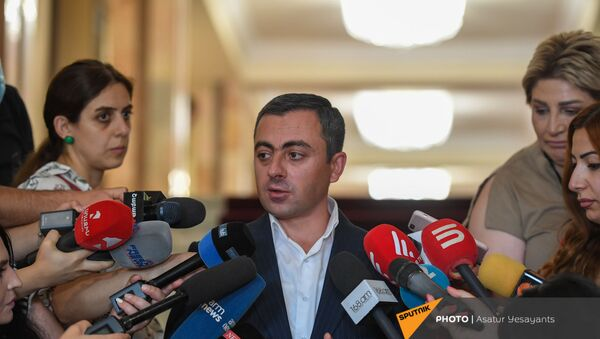 Ишхан Сагателян отвечает на вопросы журналистов после заседания Парламента (26 августа 2021). Еревaн - Sputnik Армения