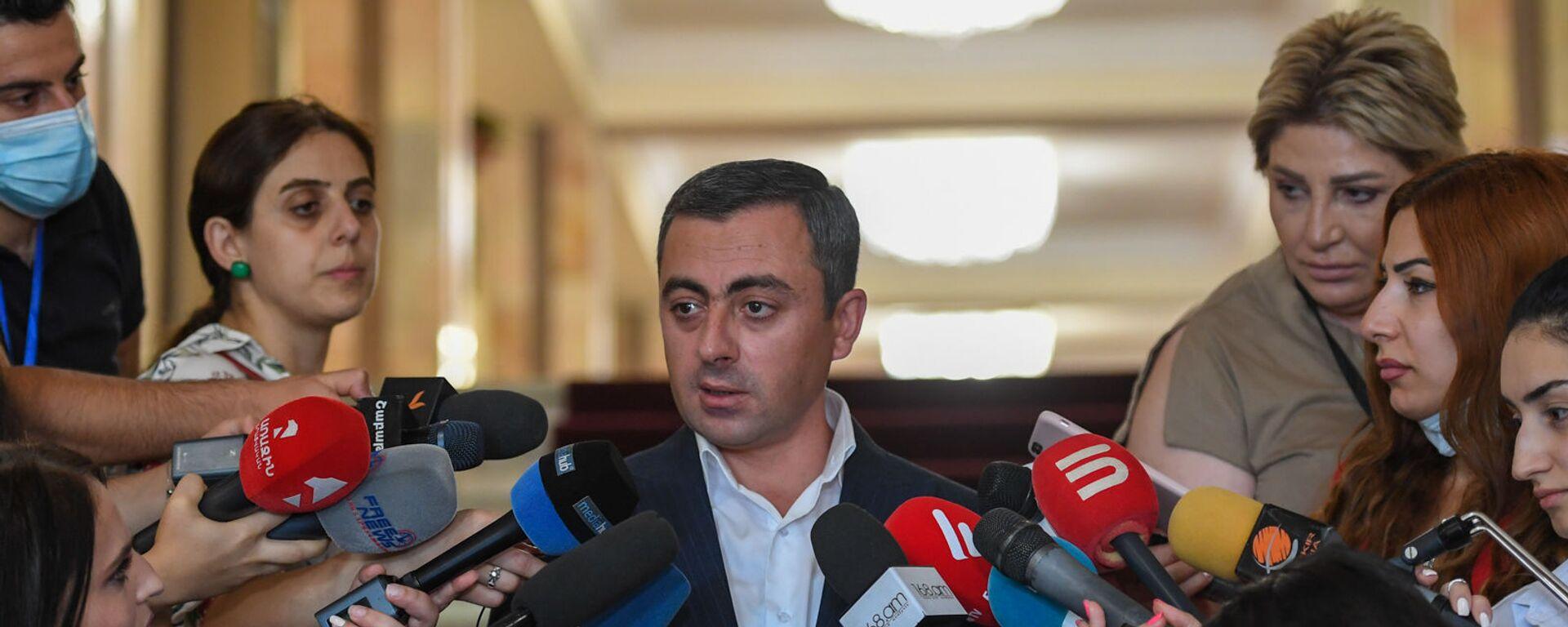 Ишхан Сагателян отвечает на вопросы журналистов после заседания Парламента (26 августа 2021). Еревaн - Sputnik Армения, 1920, 17.09.2021