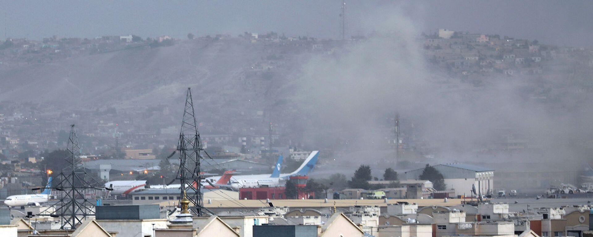 Дым от взрыва возле аэропорта в Кабуле (26 августа 2021). Афганистан - Sputnik Армения, 1920, 21.09.2021