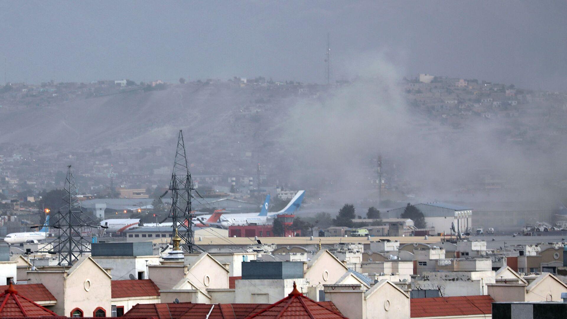 Дым от взрыва возле аэропорта в Кабуле (26 августа 2021). Афганистан - Sputnik Армения, 1920, 17.09.2021