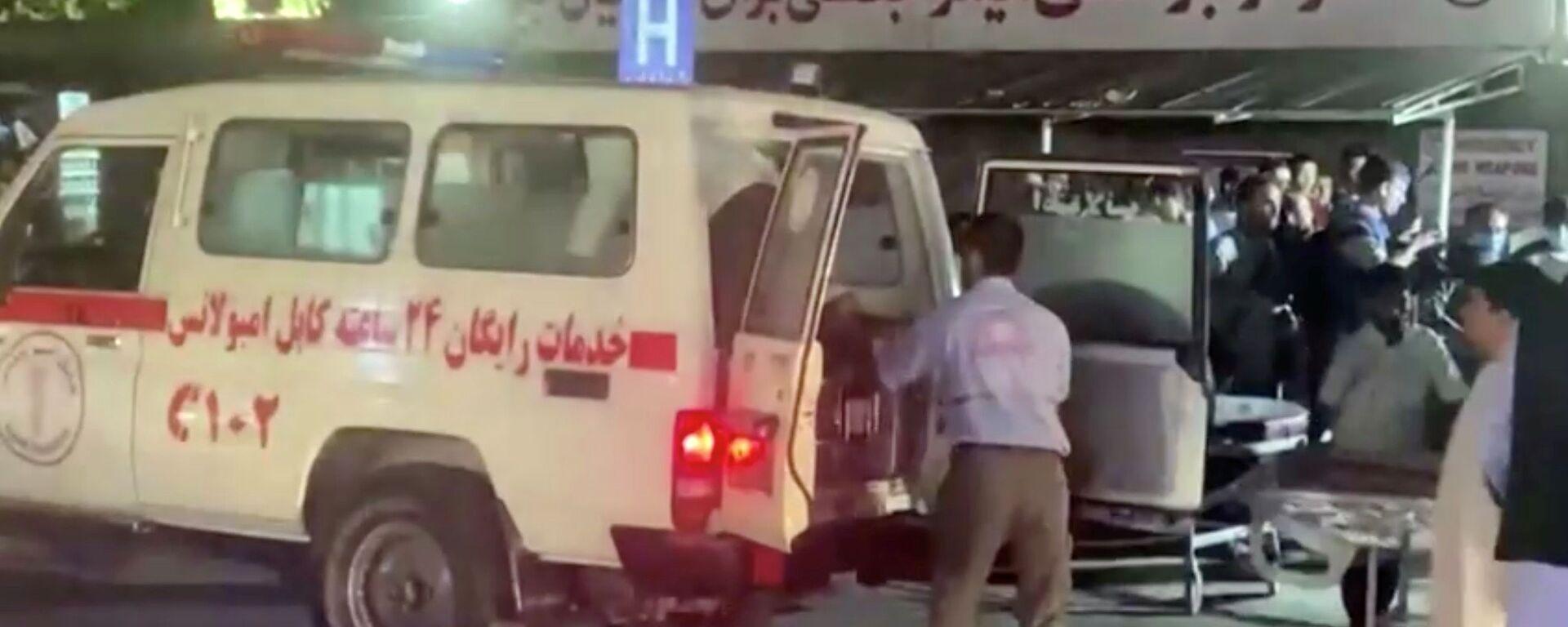 Автомобиль скорой помощи доставляет пострадавших в больницу после нападения в аэропорту Кабула (26 августа 2021). Афганистан - Sputnik Армения, 1920, 27.08.2021