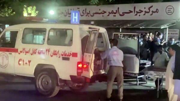 Автомобиль скорой помощи доставляет пострадавших в больницу после нападения в аэропорту Кабула (26 августа 2021). Афганистан - Sputnik Արմենիա