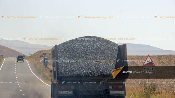 Грузовой автомобиль на автотрассе между селами Воротан и Тег - Sputnik Армения