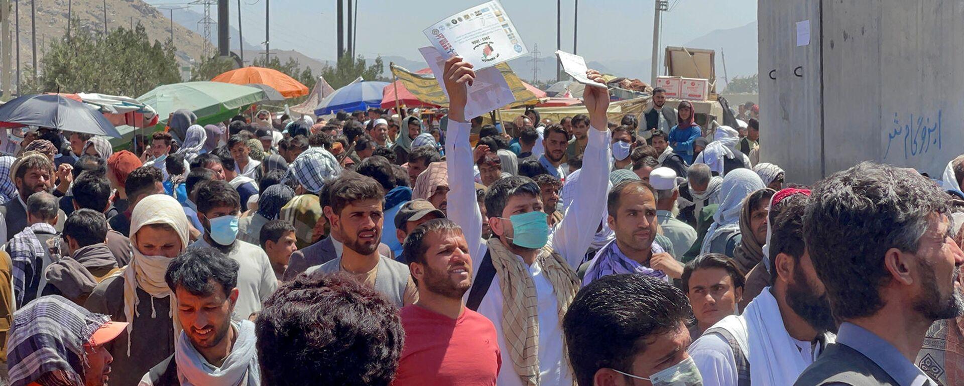 Толпы людей показывают свои документы военнослужащим США у аэропорта (26 августа 2021). Кабул - Sputnik Արմենիա, 1920, 07.09.2021
