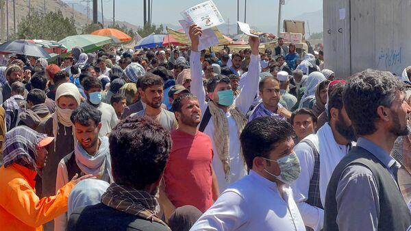 Толпы людей показывают свои документы военнослужащим США у аэропорта (26 августа 2021). Кабул - Sputnik Армения