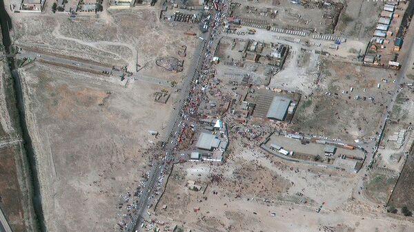 Вид толпы у северо-восточных ворот международного аэропорта имени Хамида Карза в Кабуле (27 августа 2021). Афганистан - Sputnik Армения