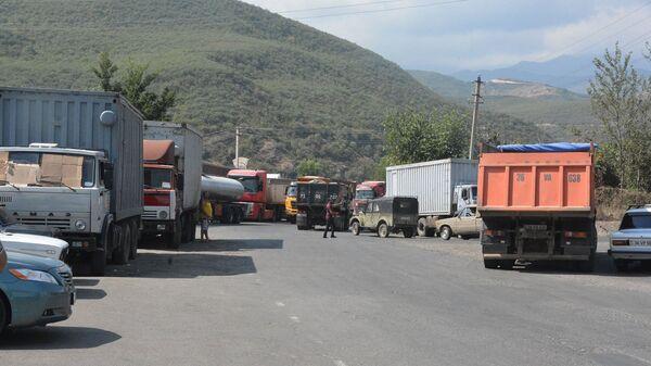 Грузовые автомобили на автотрассе Горис-Мегри - Sputnik Армения