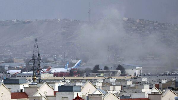 Дым от взрыва возле аэропорта в Кабуле, Афганистан - Sputnik Армения