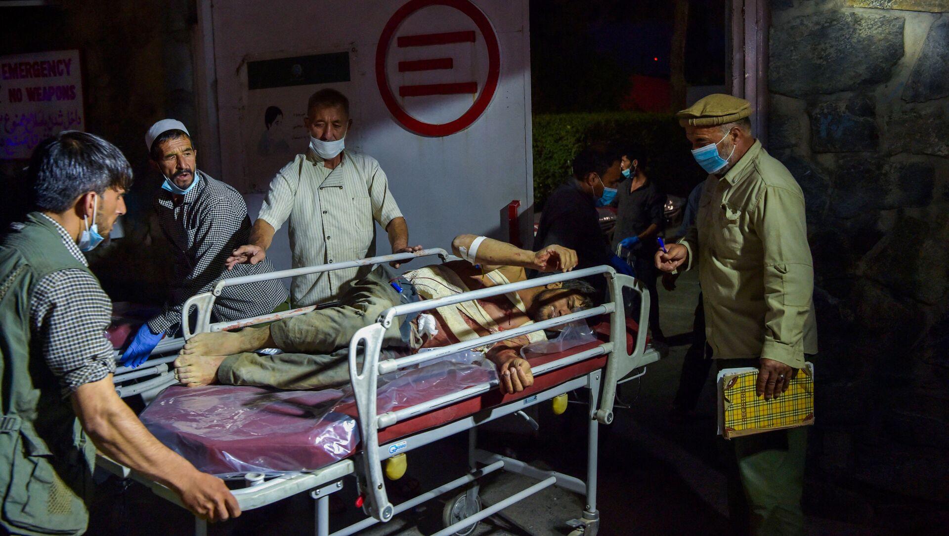 Медики помогают пострадавшим от двух мощных взрывов, произошедших в Кабуле - Sputnik Армения, 1920, 30.08.2021