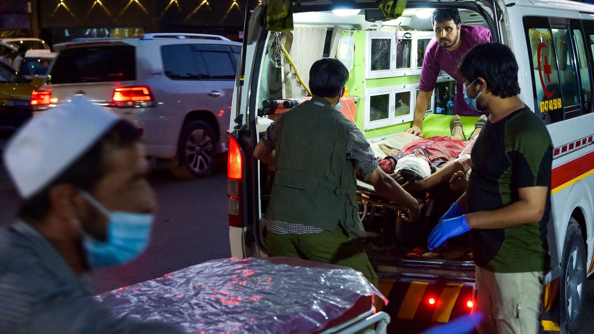 Медики помогают пострадавшим от двух мощных взрывов, произошедших в Кабуле - Sputnik Армения, 1920, 29.08.2021