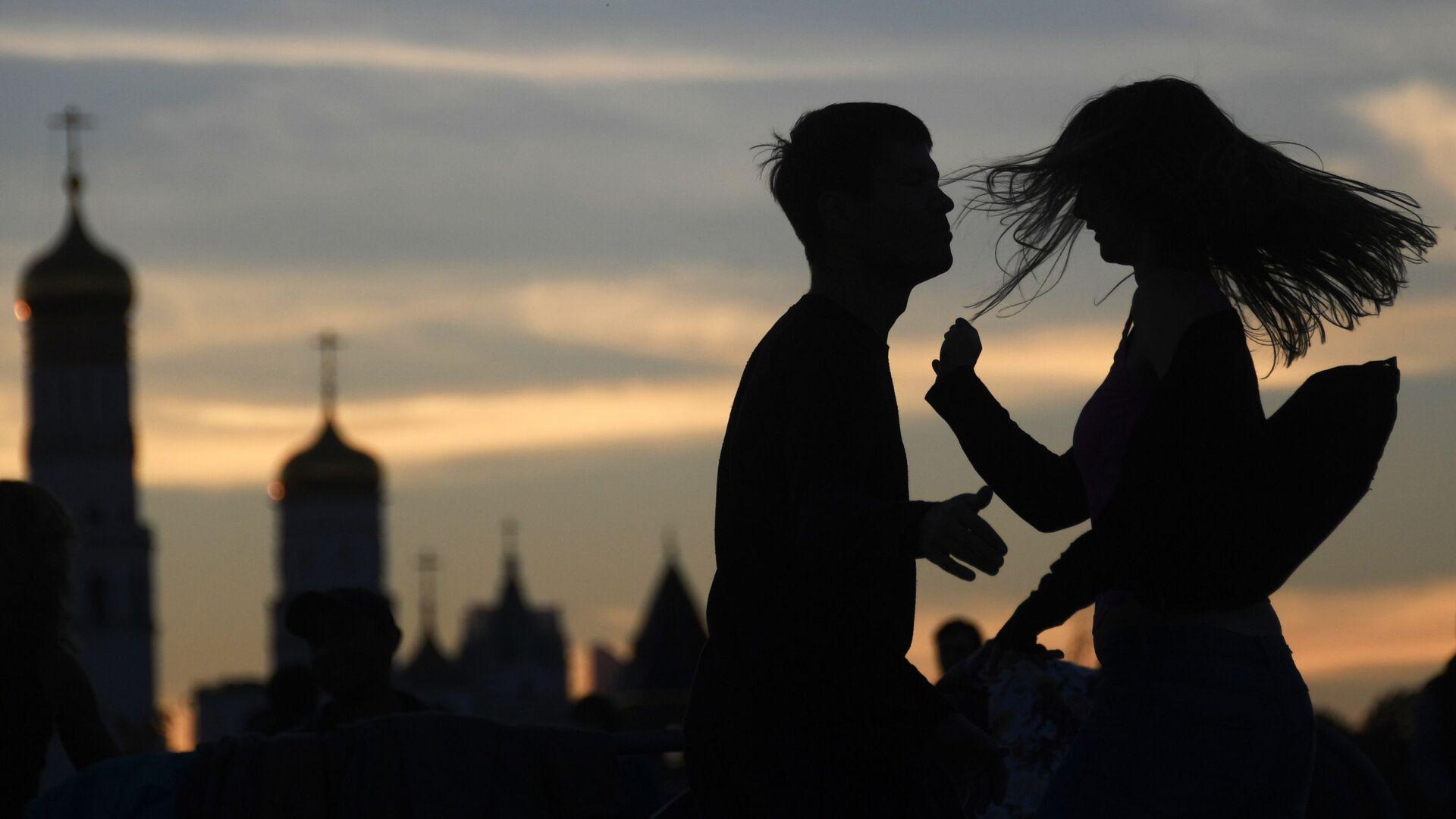 Молодые люди в парке Зарядье в Москве. - Sputnik Армения, 1920, 14.10.2021