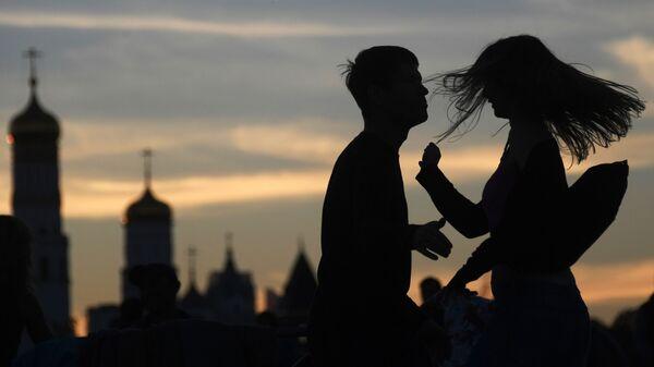Молодые люди в парке Зарядье в Москве. - Sputnik Армения