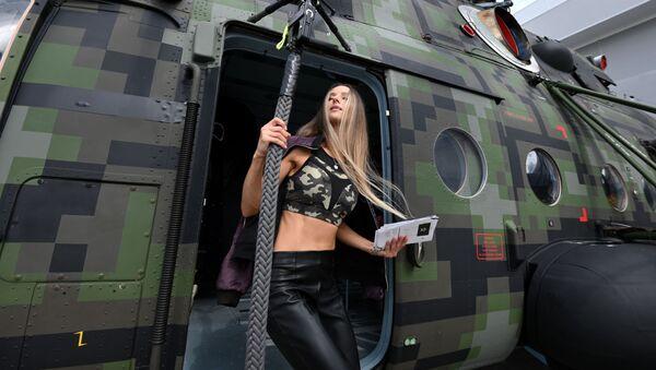 Девушка у вертолета Ми-8, представленного на открытой экспозиционной площадке Конгрессно-выставочного центра Патриот в рамках международного военно-технического форума Армия-2021 - Sputnik Армения