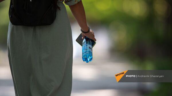 Девушка в кольцевом парке с бутылкой воды в руке - Sputnik Армения