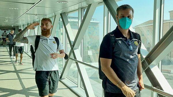 Футболисты сборной Армении в аэропорту  перед отлетом в Северную Македонию (30 августа 2021). Еревaн - Sputnik Армения