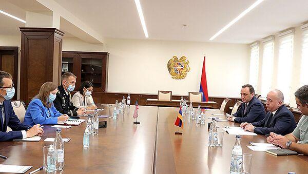Министр обороны Аршак Карапетян принял посла США в Армении Линн Трейси (30 августа 2021). Еревaн - Sputnik Армения