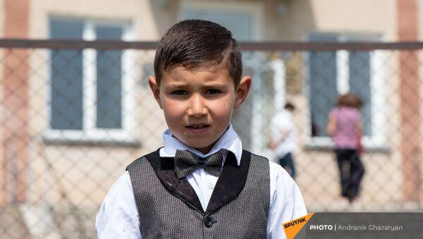 Первоклассник Ваге Овсепян у кармраванской основной школы - Sputnik Արմենիա