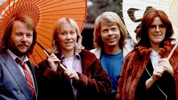 Участники поп-группы ABBA пробуют японские зонтики в старинном стиле (14 марта 1980)․ Токио - Sputnik Արմենիա