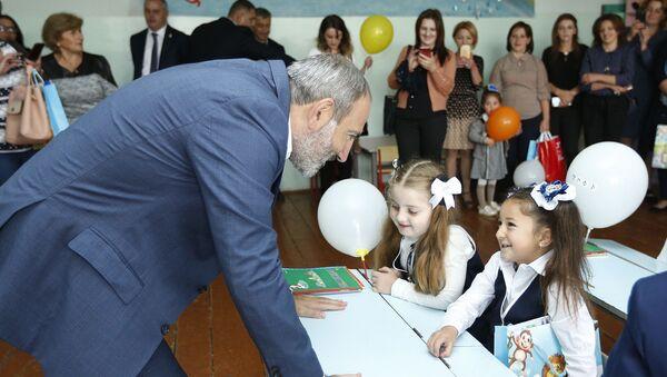 Премьер-министр Никол Пашинян общается с первоклассниками - Sputnik Армения