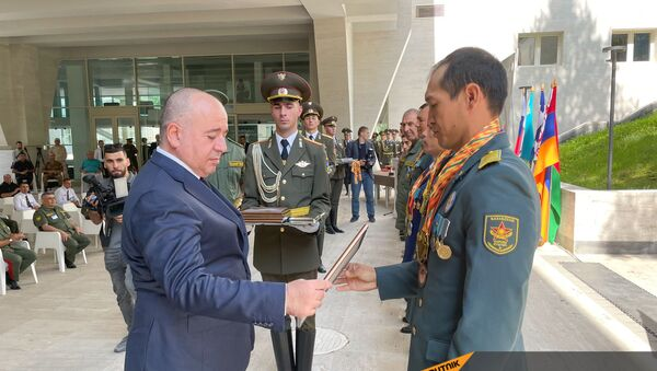 Министр обороны Аршак Карапетян во время награждения победителей конкурса Воин Мира (1 сентября 2021). Дилижан - Sputnik Армения