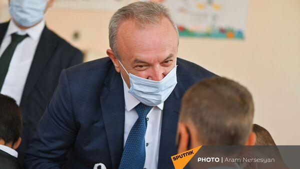 Ваграм Думанян общается с учениками в школе Сотка  - Sputnik Արմենիա