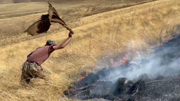 Как в приграничном селе Кут тушат пожары, устроенные азербайджанскими военными - Sputnik Армения
